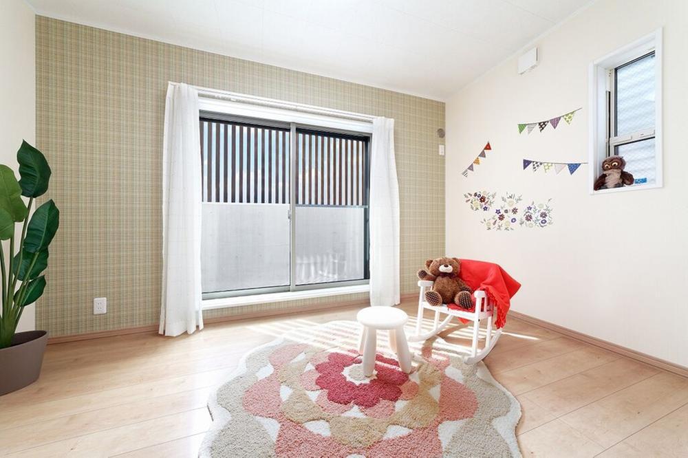 【当社施工例】<BR>採光豊かな大きな窓のある部屋は子供部屋にぴったりです。キュートなアクセントクロスもポイントになっています♪お子様の成長を見守ってくれる空間です。