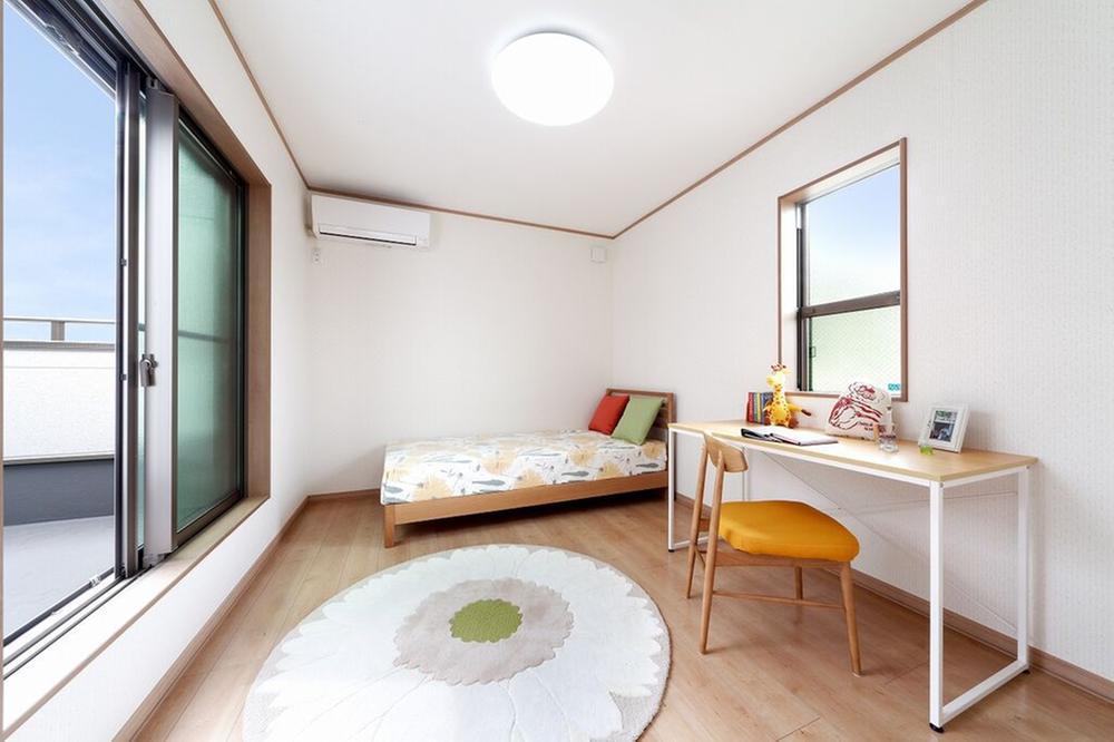 【当社施工例】各居室にLOW-E複層ガラスを採用!ガラスにコーティングした特殊金属膜により、夏の強い陽射しを約60%カットし、冷房効果を高めます。紫外線もカットし日焼けも抑制。断熱効果も高く冬も暖かい