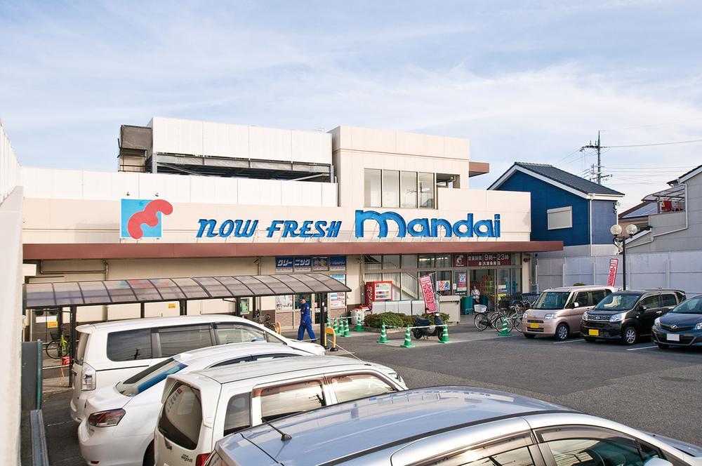 万代泉大津条南店まで770m 【営業時間:9時‐23時】徒歩10分。夜遅くまで開いているスーパーが近くにあるとなにかと心強いですね。