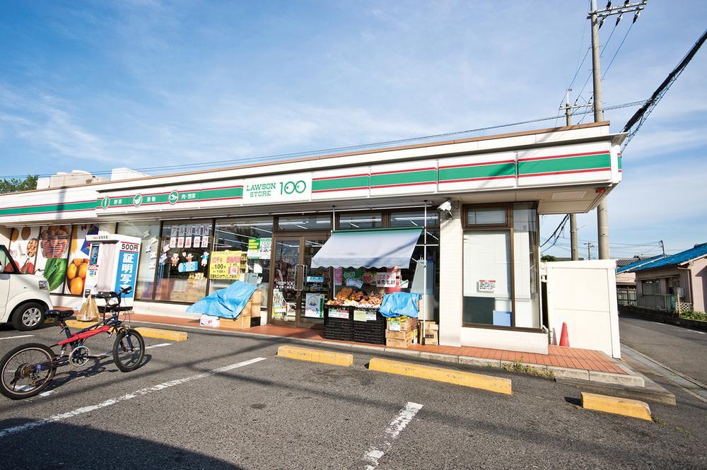 ローソンストア100泉大津二田町店まで350m 徒歩5分。コンビニが近くにあるとデザートや夜食が欲しくなった時もすぐに買いにいけますね。