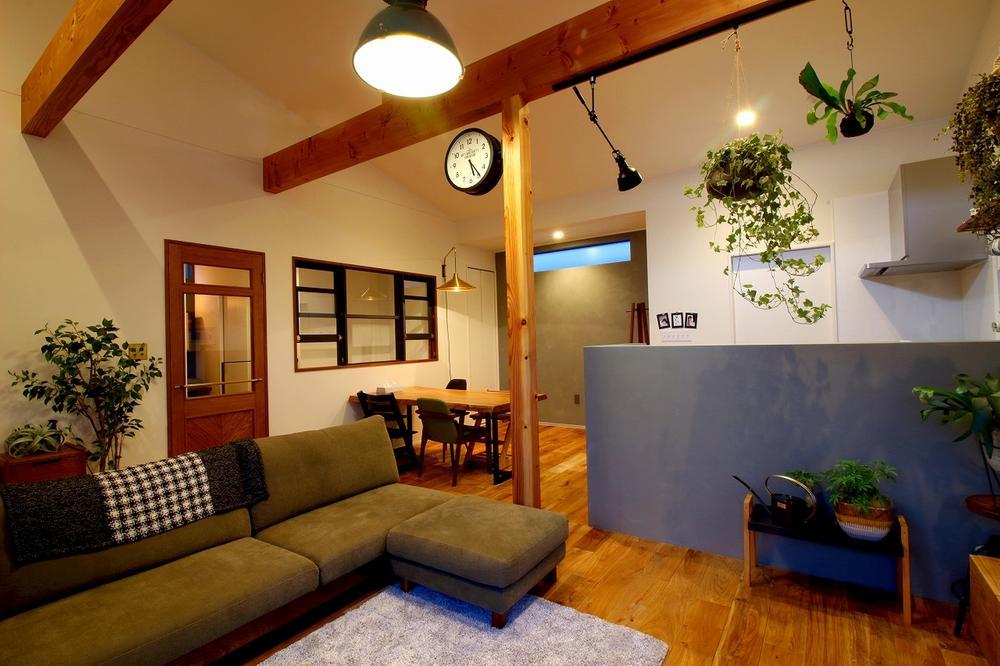 【当社施工例】<BR>カントリー調のLDKは木の温もりを感じる温かみのある空間です。勾配天井+梁見せ天井にすることでお部屋に立体感が生まれます。コーディネートされたインテリアも統一感がありお洒落な空間です