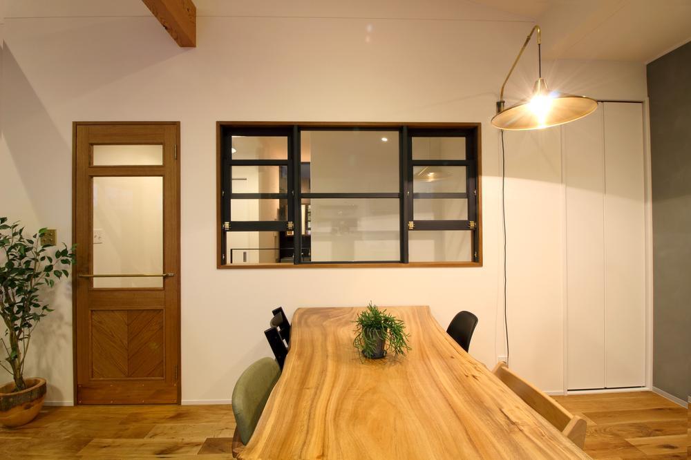 【当社施工例】<BR>1点1点のディテールにこだわった内装は<BR>過ごす時間が楽しくなる空間です。<BR>窓や扉などの質感とセンスにもこだわった空間でご家族が笑顔でお過ごし頂けます。