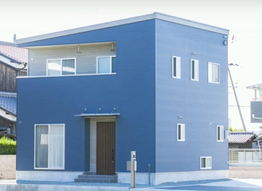 青い壁が特徴のおうちです♪
