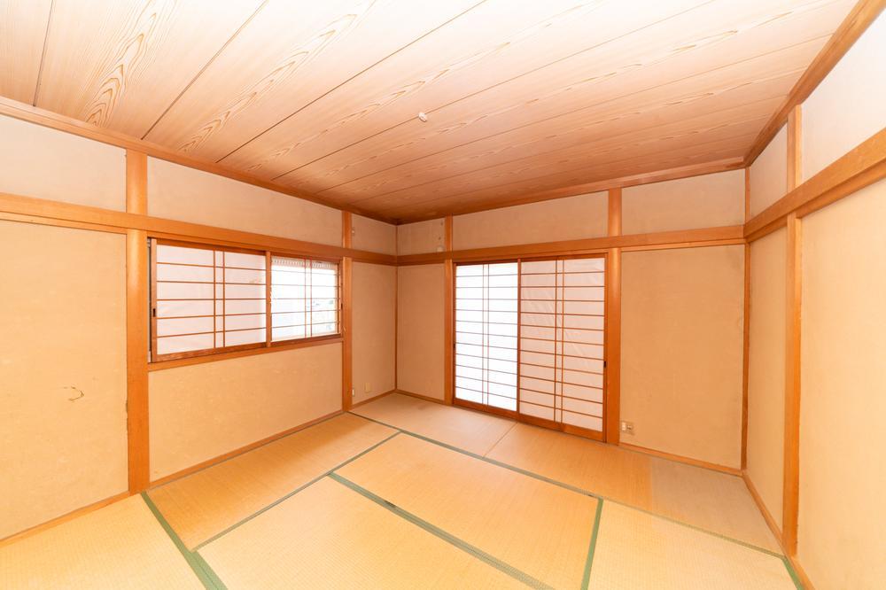 和室でほっと一息♪お子様と一緒に和室でお昼寝をするひと時はとても気持ちのよいものです。掃き出し窓から差し込む自然光がぽかぽかとしていていつまでもまどろんでいられますよね♪