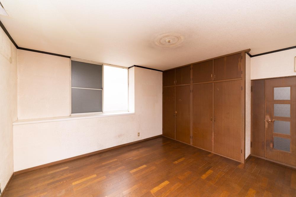 各部屋がゆったり広々としていて、収納も沢山あるので荷物の置き場所や、雨の日のお子様の遊び場所にも困りません。