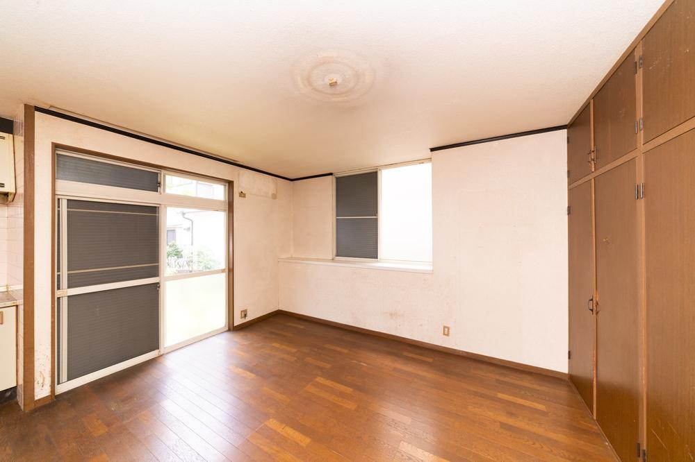 開放的で明るく、広々とした洋室を配置。フローリングはどんな家具にも合うブラウンタイプを選択。建具との色合いも飽きがきません。
