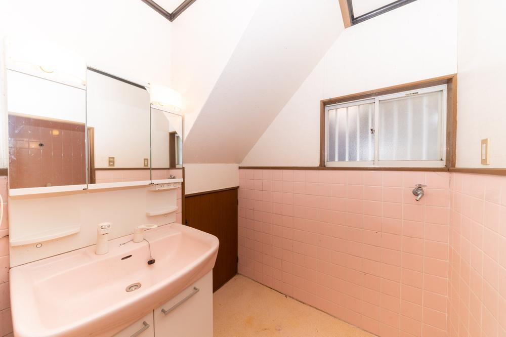 フラットな鏡の洗面台は、お掃除がしやすくいつでも清潔♪