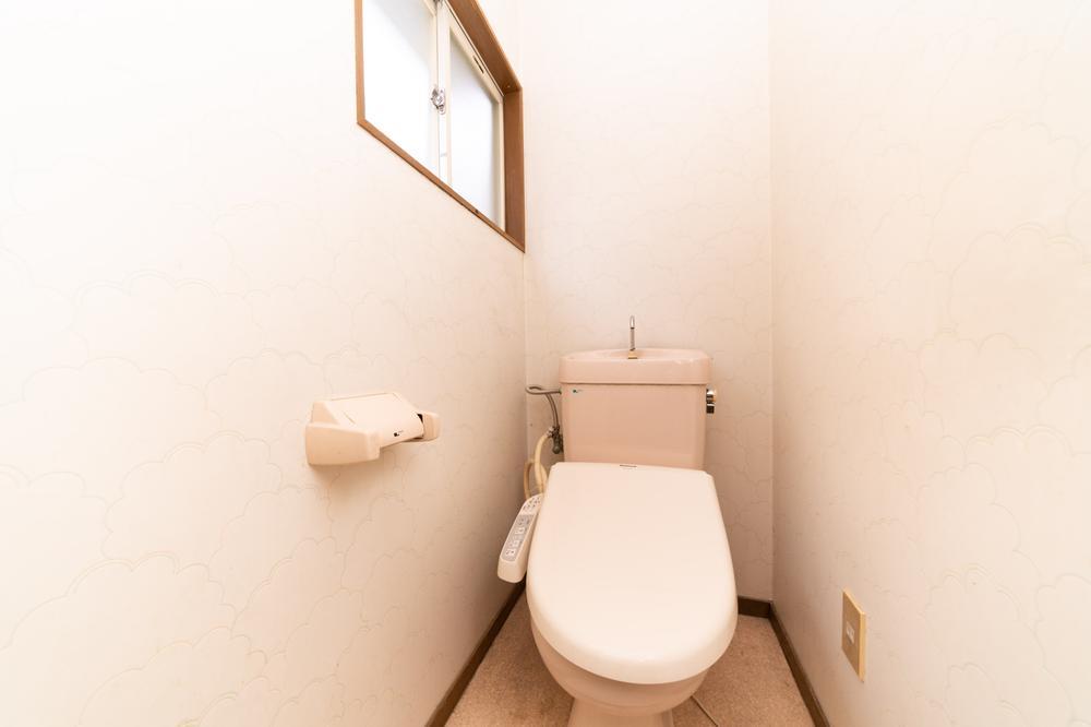 白を基調とした清潔感のあるお手洗いです。便座カバーやマットの色で雰囲気が変えられるのがいいですね。お部屋だけでなくトイレのインテリアにもこだわるとより楽しい生活が送れそうですね。