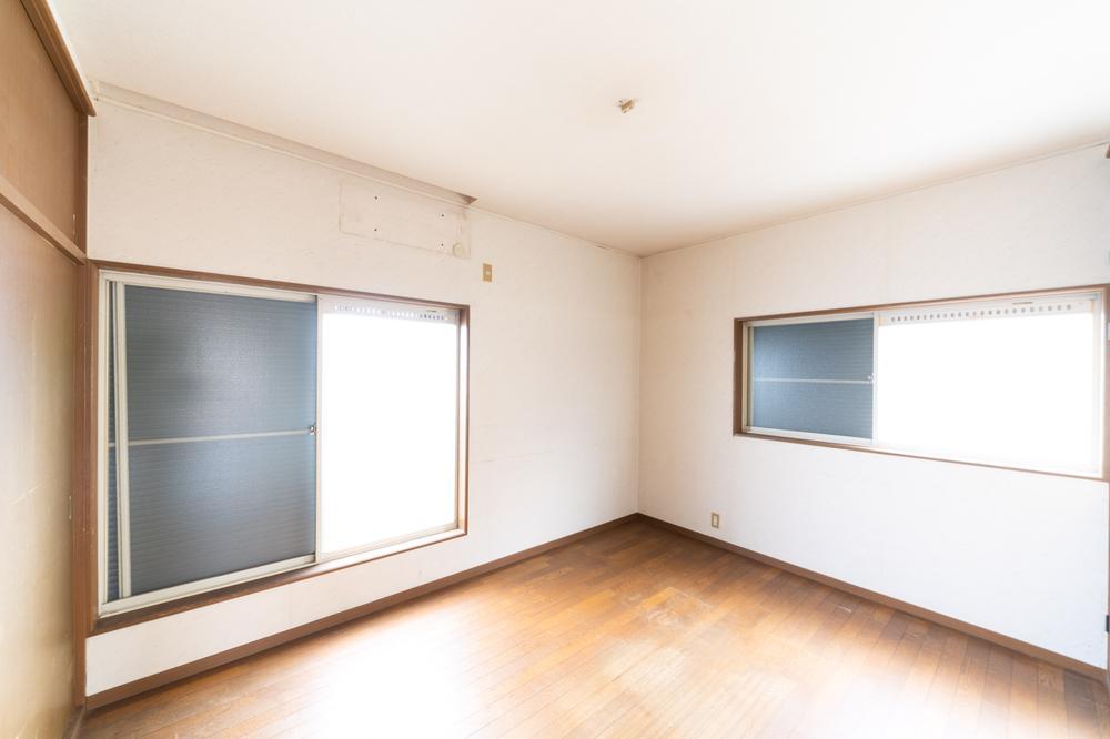 開口部からしっかりと光を取り込め、室内はとても明るく開放感があります。