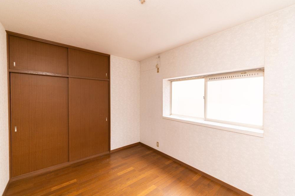 大きな収納のある洋室です。そのため物をすっきりと整理しておくことができ、お子さま部屋として使っていただくことができます。子どもの頃に自分の部屋をもつのは誰しもの夢でしたね♪