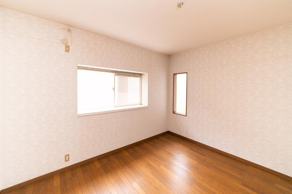 お子様のお部屋は、いつでも明るい空間がいいですよね。風通しも良く、快適なお部屋では、頭もさえてお勉強も頑張れそうです。
