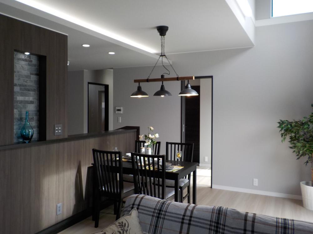 エントランス部分は、パティオ形式。ランドリールームもある生活動線にも配慮したお家です!