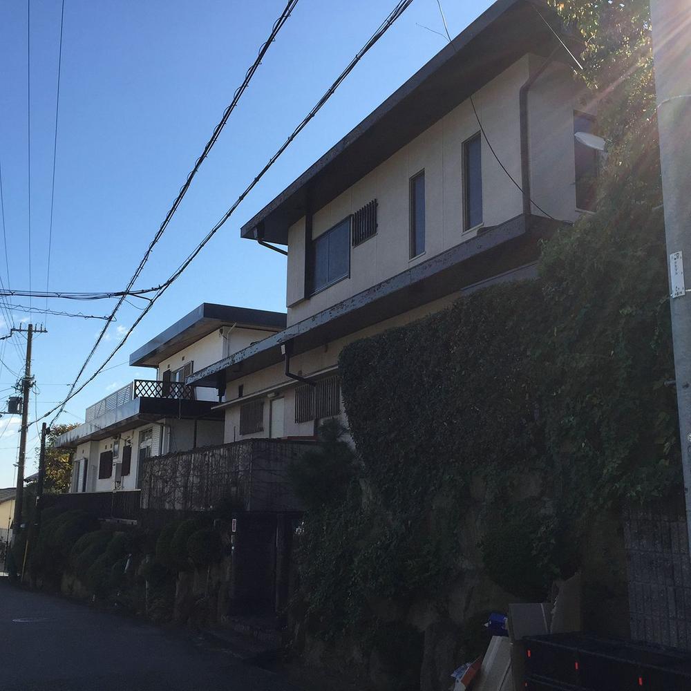 現地写真です。<BR>現況は古家が建っています。<BR>阪急「仁川」駅まで徒歩11分と近く、便利さと住環境の良さを兼ね備えた贅沢な立地です。