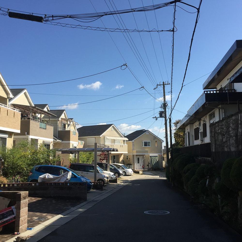 周辺は第一種低層住居専用地域の閑静な住宅地です。<BR>仁川月見ガ丘地区の地区計画に守られたエリアで、環境も変わりにくい立地です。