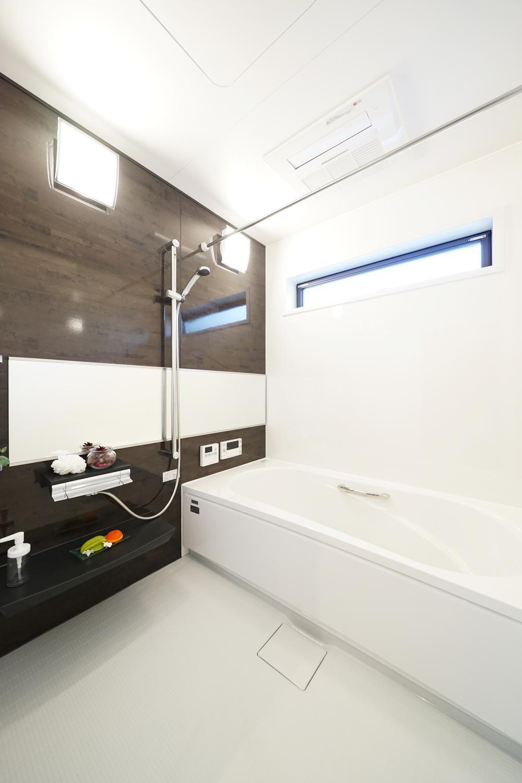 弊社施工例(浴室)<BR>浴室乾燥機をつけると、雨の日でも洗濯物をカラッと乾かすことができます。<BR>浴槽に段差を設ければ、小さなお子様やお年寄りでも入浴しやすく、安心です。
