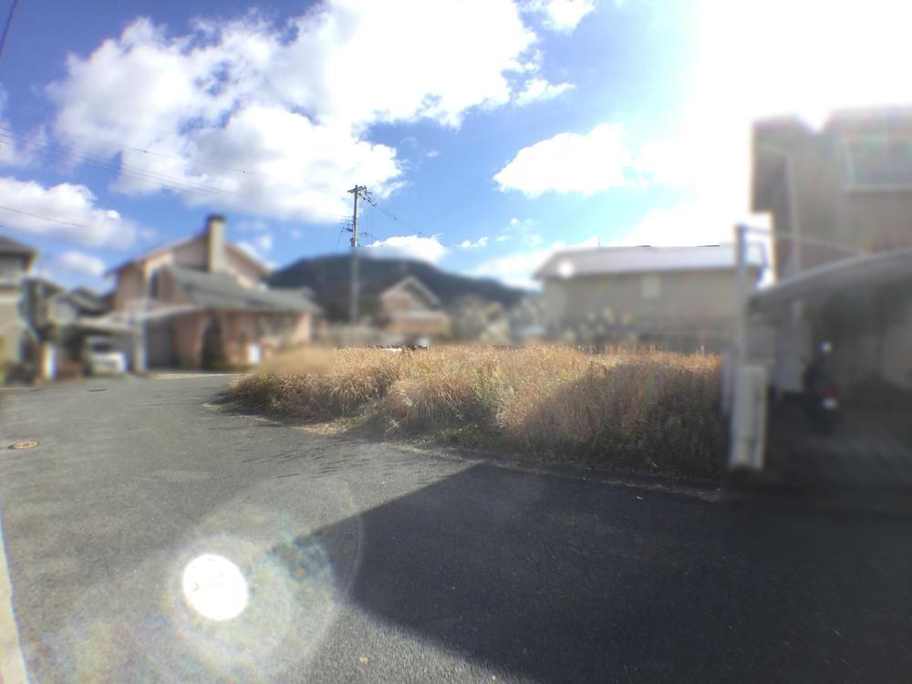 【現地土地写真】<BR>幅員約6m、角地でございます。<BR>建築条件付き土地ではございません。お好みのハウスメーカー・工務店・建築時期などをご検討の上、ご建築いただけます。