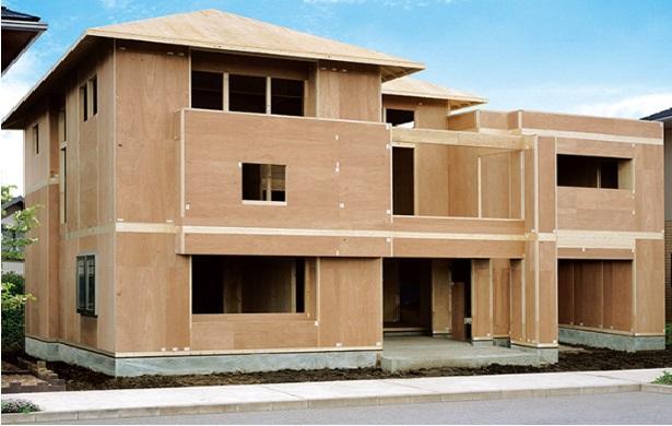 木質パネルの高い強度を最大限に生かして「モノコック構造」の強固な住まいを実現しています。<BR>ミサワホームは主に、壁パネル、小屋パネル、1階床パネル、2階床パネル、屋根パネルの5種類の木質パネルから構成される「壁式構造」の住まいです。<BR>その木質パネルは、骨組みと面材を一体化させることにより全体の強度を高めるストレススキン効果を活用した強固な壁体です
