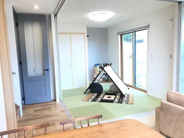 ■359号地 和室■<BR>リビングの横には和室をレイアウト!大きな窓の先はお庭がございます♪普段はお子様のキッズルームとして、ご来客の際は個室として仕切ることもできるのでフレキシブルな使い方ができますね!