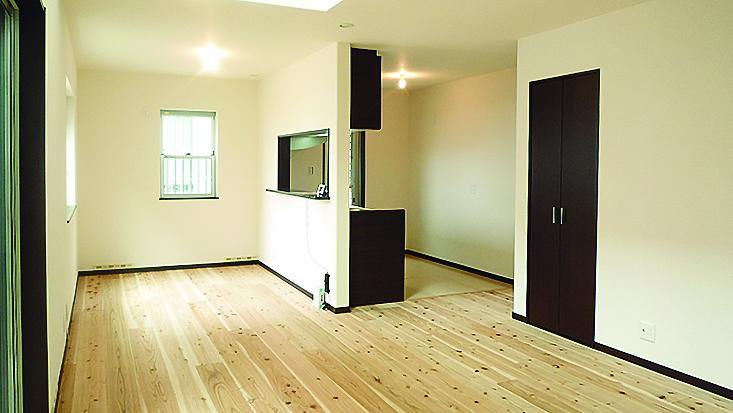 吹き抜けのリビングは、上階からも光の差し込む明るい空間です。(7号地)