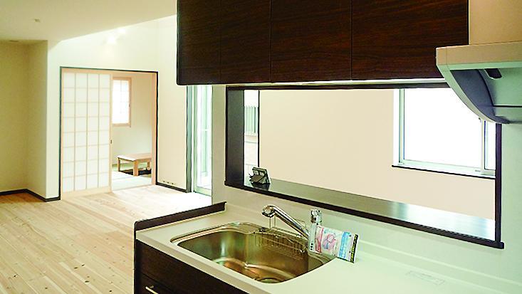 リビングと和室が見渡せる、対面式キッチンです。(7号地)