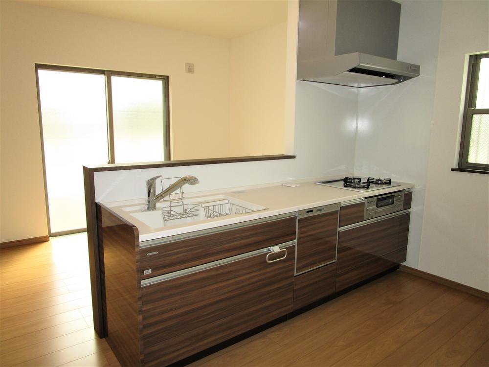 【食洗器付きの広々キッチン】<BR>幅広でワークスペースもしっかりとれたキッチンです☆<BR>食洗器も搭載しておりますので、日々の食器洗いも楽々です♪