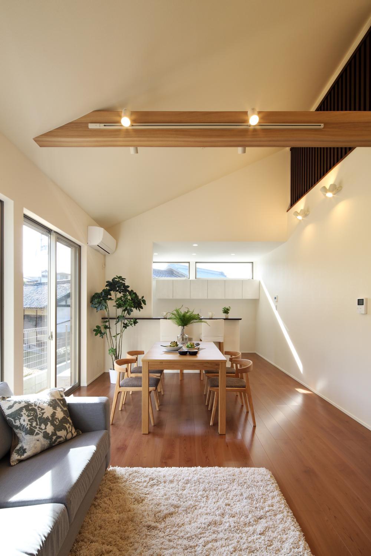 天井を高く確保。木のあしらいが温もりを漂わせる上質の空間設計