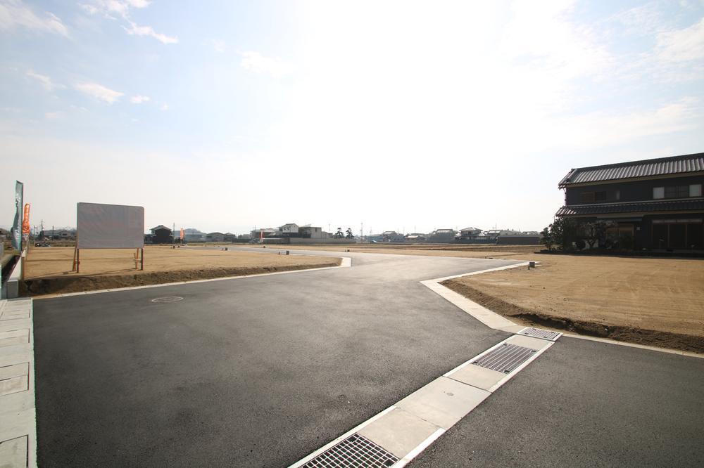 分譲地の前面道路も広々♪車の対向もラクラクです。西側から東側を眺めた写真。