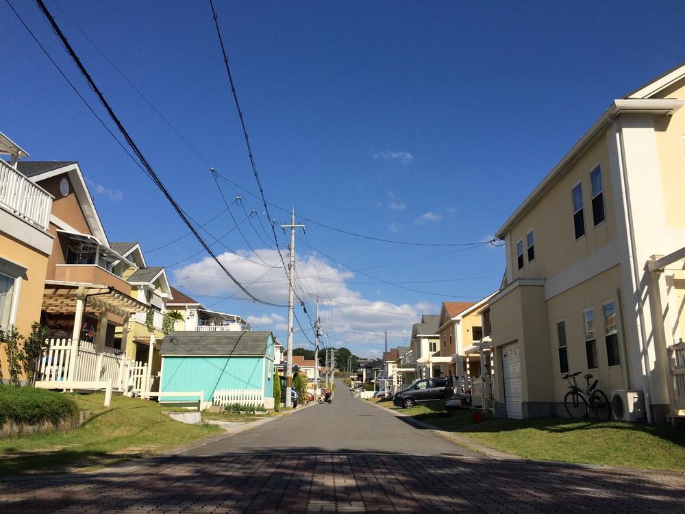 現地写真<BR>タウン内の道路幅は6m以上確保しております。隣のお家の建物とも3m以上離して建築する地域ですので、ゆったりとした街並となっております。