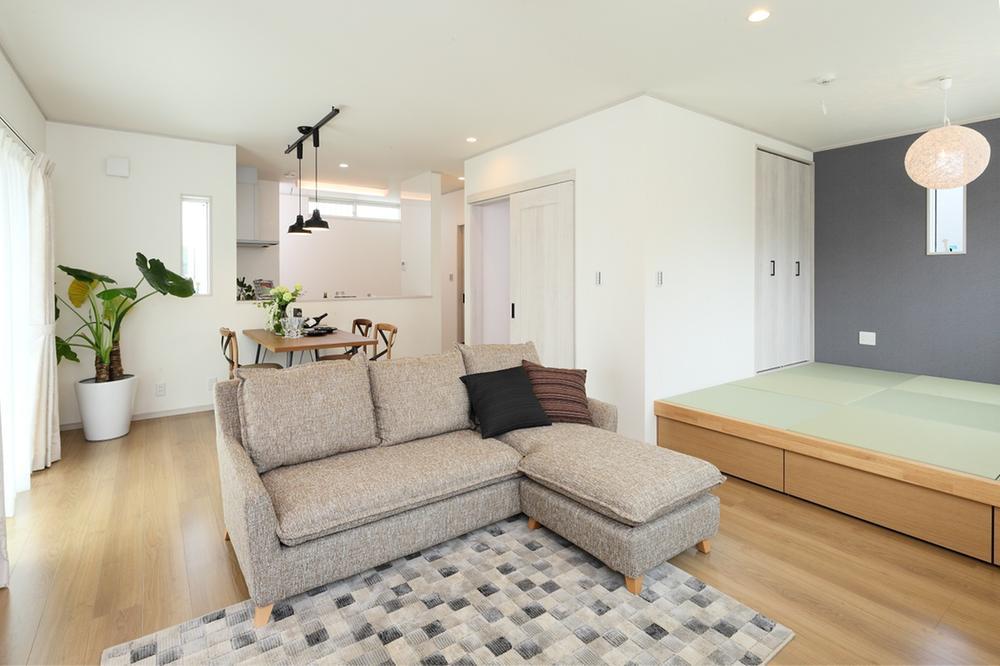 新モデルハウスE-12号地「ひろスマの家」LDK。南向きで明るい居室空間は隣接するタタミコーナーがより開放感を演出してくれます。熱効率に配慮した引き戸のあるリビング階段もポイント!