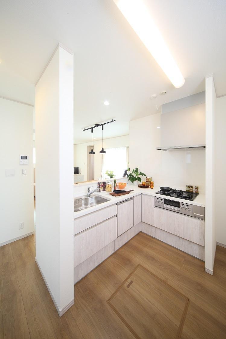 新モデルハウスE-12号地「ひろスマの家」キッチン。L型キッチンを採用。ママの料理もはかどります。