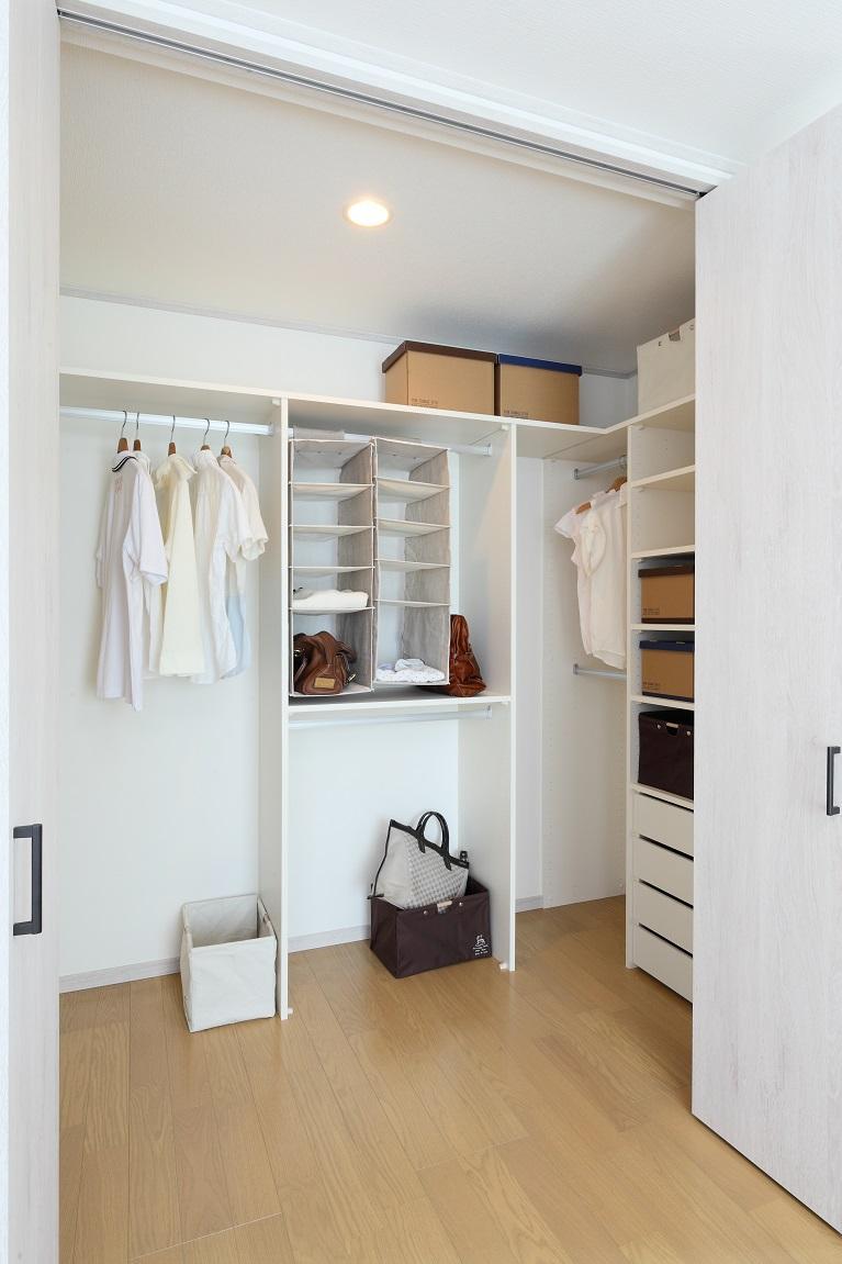 新モデルハウスE-12号地「ひろスマの家」主寝室内のウォークインクローゼットはシステム収納となっています。