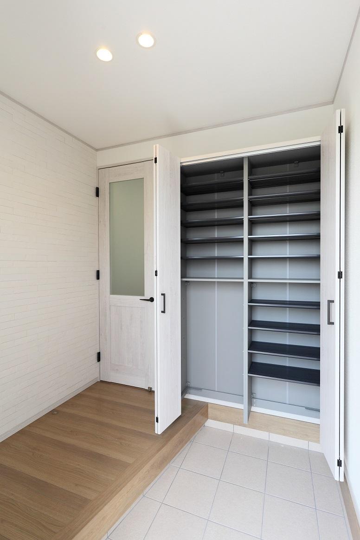 新モデルハウスE-12号地「ひろスマの家」玄関ホール(棚板の調節が可能なシューズクローゼットを採用)