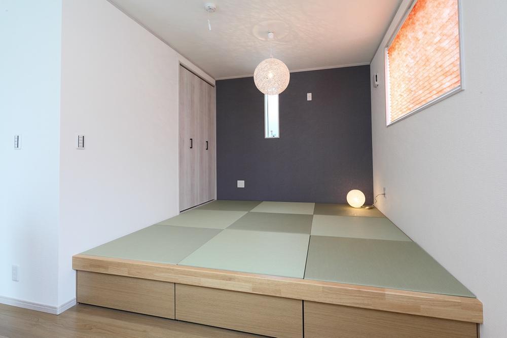 新モデルハウスE-12号地「ひろスマの家」タタミコーナー①。腰を掛けやすい高さになっているので、寛ぎのスペースにもピッタリです。