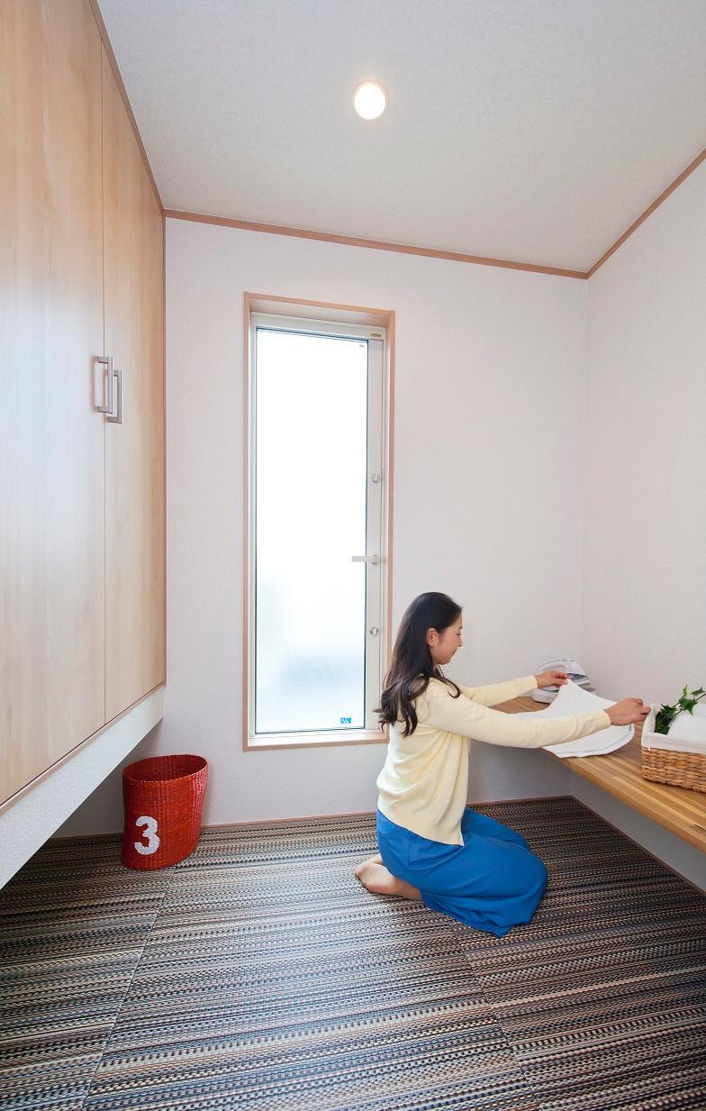 取り込んだ洗濯物をスグに置くことができ、その場でたたんだりアイロンがけができる家事スペースを2階に作りました。床は畳となっているので、座っての作業も苦にならず、横になって休憩も可能です。
