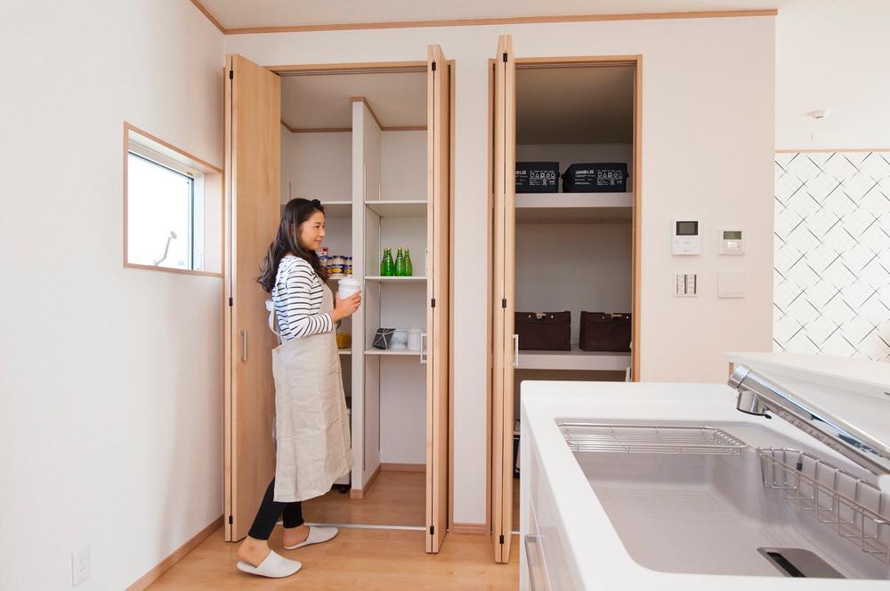 キッチンのスグ横には大容量のパントリーと大容量のリビングもの入れを併設しました。ママの要望が多かったゴミ箱をこのスペースにしまうことも可能です。