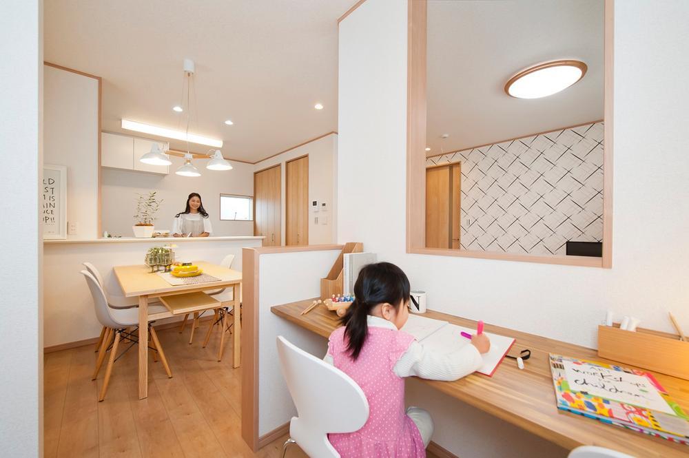 リビングの一角に設けたファミリースペース。お子様のお勉強スペースとして、パパ・ママの趣味のスペースとしてお使いいただけます。背面にはおしゃれな壁面収納も設置。