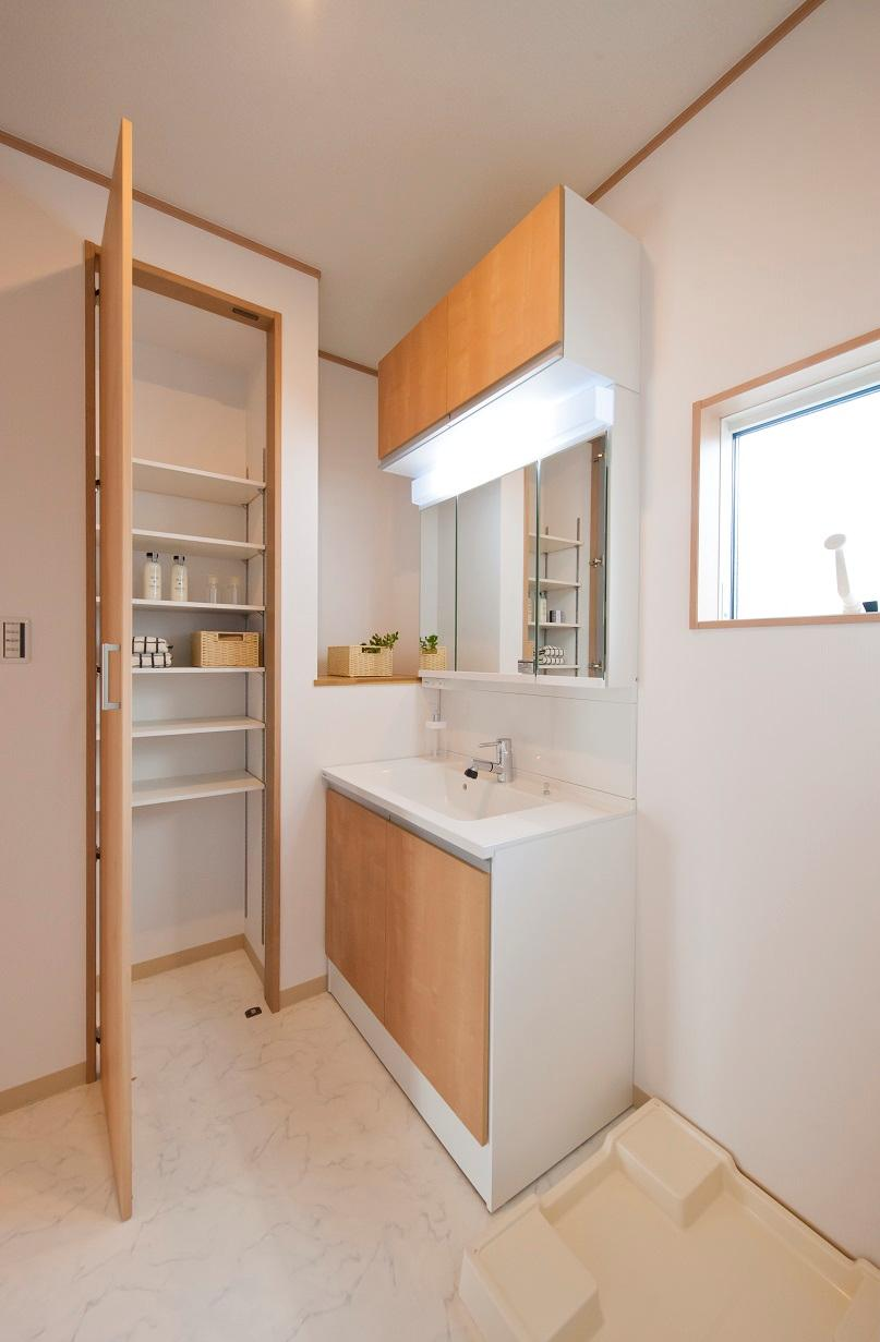 ワイドな洗面化粧台の横にはリネン庫を設けています。タオルなどのアメニティグッズを置くには十分の容量を確保。さらに、ちょっとした置き場所もその横に取れています。