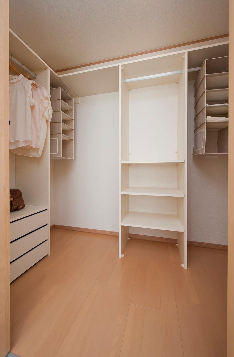 主寝室のシステム収納。機能的な構成になっているので、パパとママの衣類などスペースを分けて収納が可能です。