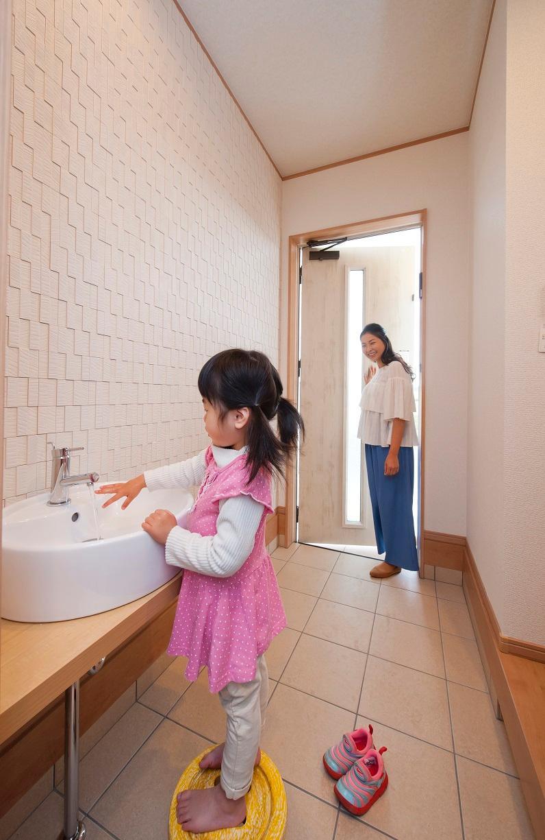 玄関部分に手洗いカウンターを設けたのもママの意見から。泥んこに汚れている子供も家に上がる前にきれいにできますね。