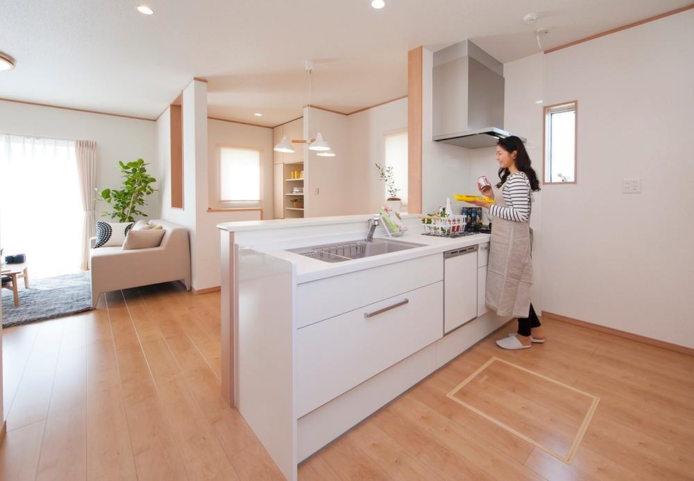 オープンタイプのカウンターキッチンなので部屋全体を見渡すことができます。キッチンはお手入れしやすい継ぎ目の無い人造大理石の天板・シンクで食洗機も深型の大容量タイプを採用しています。