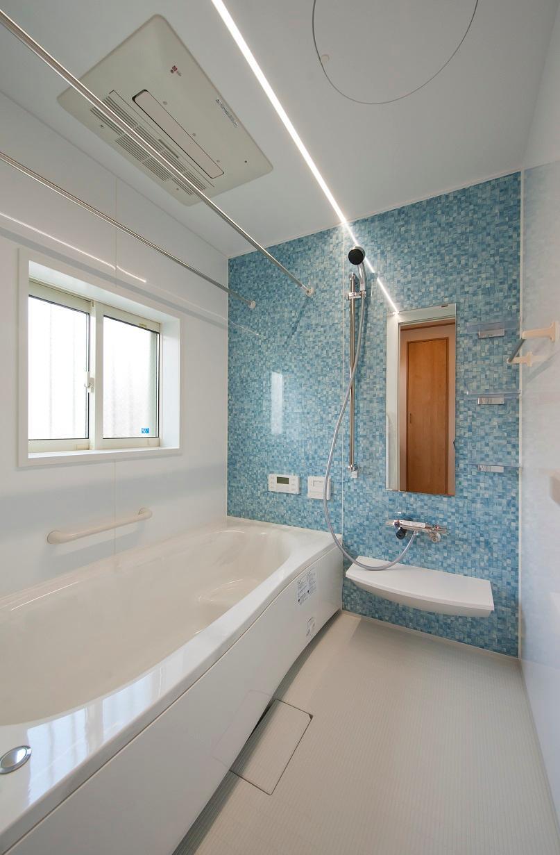 ライン照明がおしゃれな浴室です。