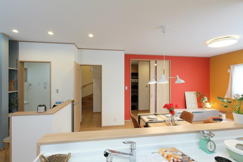 キッチンから家全体1F全体が見渡せる設計が特徴。家族のコミュニケーションを育むリビング階段は熱効率に配慮し引き戸を設けています。「ママん家2(分譲済み)」LDK
