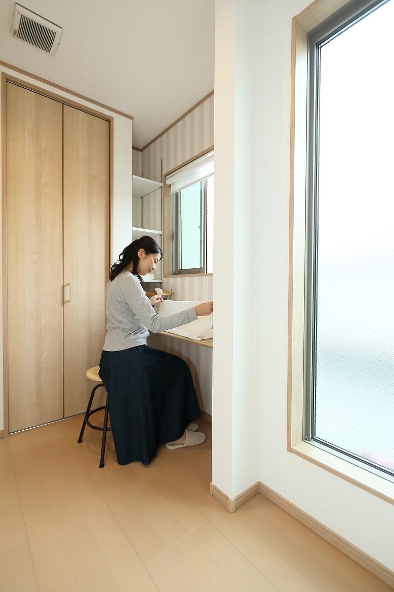 バルコニーの入り口にアイロンをかけたり洗濯物を畳んだりするカウンター付きのスペース。物入も設置しているので家事に必要なものをまとめて収納できます。「ママん家2(分譲済み)」家事スペース