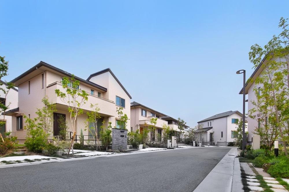 ●「そらしま」の昼の風景<BR>街並みを形成するうえで大事なことは、統一感のある街並みです。「そらしま」は、全住戸タイル貼りに加え、お庭や、植栽も統一感を出し、色あせない街づくりを進めています。