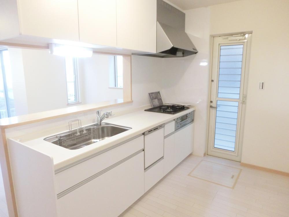 吊り戸棚とスライド式収納庫でスッキリ整理できるキッチン。対面式なのでリビング全体の様子が見えます。(36号地)