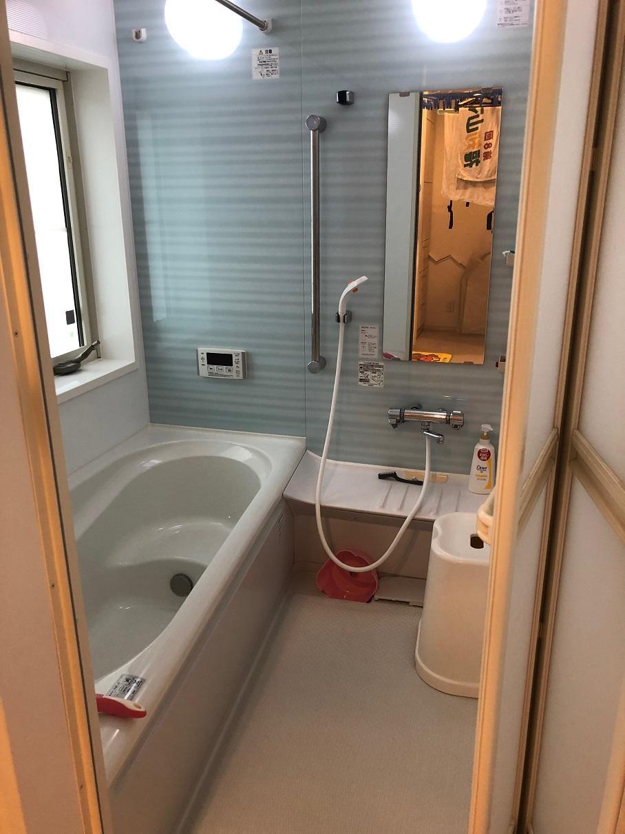 浴室には窓も付いているので、こもりがちな湿気もすぐ取り除くことが出来ますね。