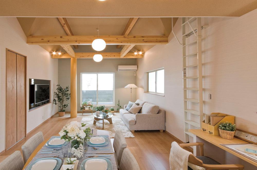 リビング天井部は梁を見せる事により天井高が高くなり、開放感とデザイン性がグンとあがります。。(当社施工例)