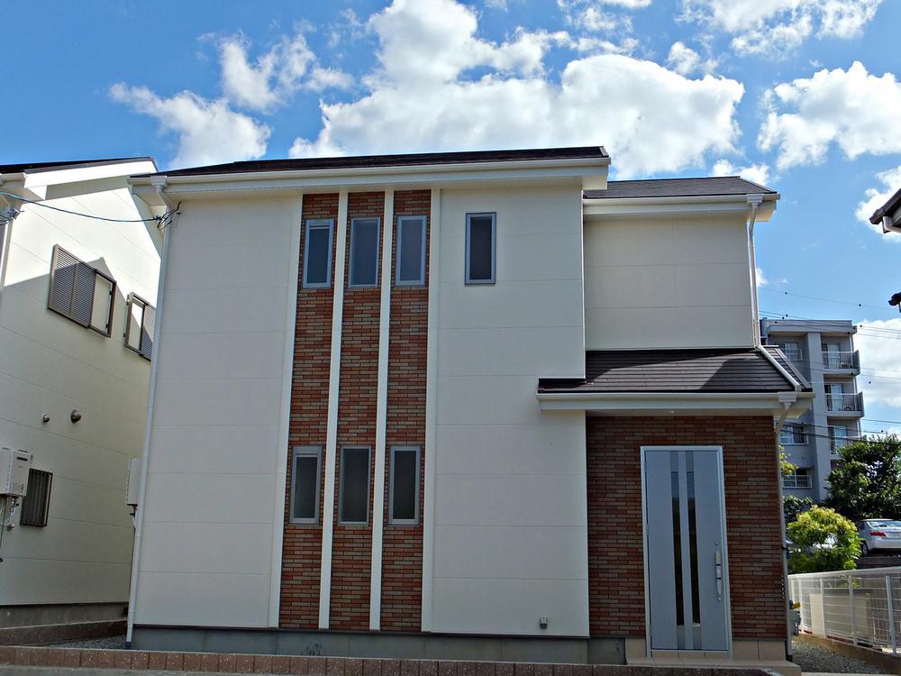 外観イメージ(当社施工例) 外壁は、防音・撥水・高耐久・軽量・高断熱のコンクリートボードにアクセントタイルで高級感を演出