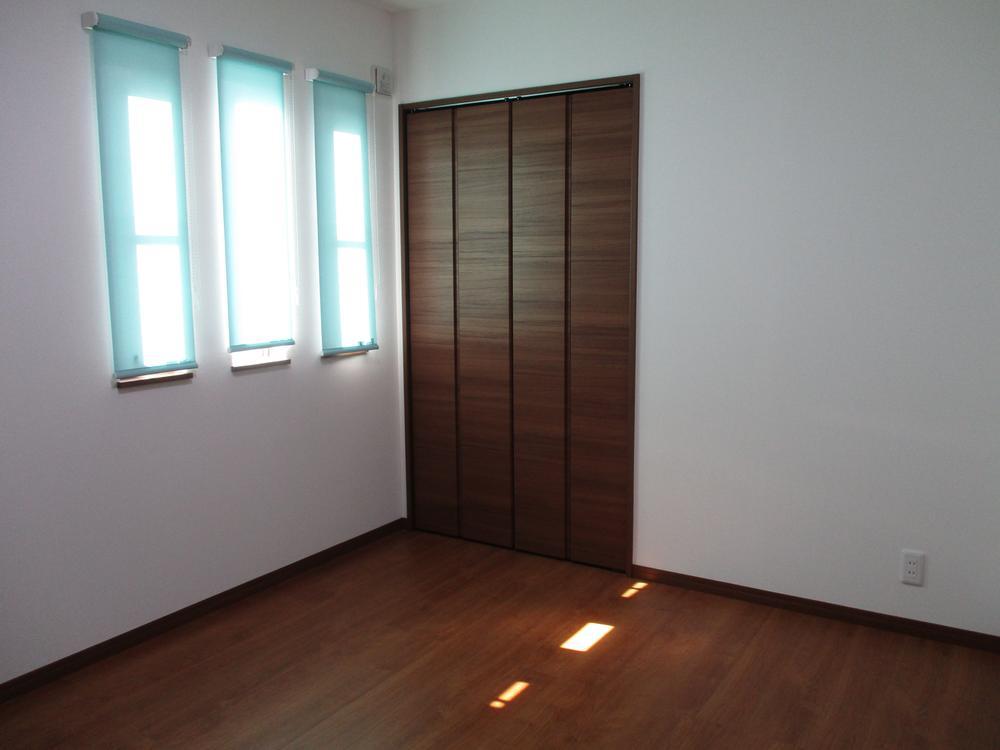 【オシャレな3連窓が特徴の洋室】<BR>※当社施工例<BR>窓の種類や配置を決めていけるのも自由設計ならではの楽しみです☆<BR>一緒に理想のお住まいを作っていきましょう♪