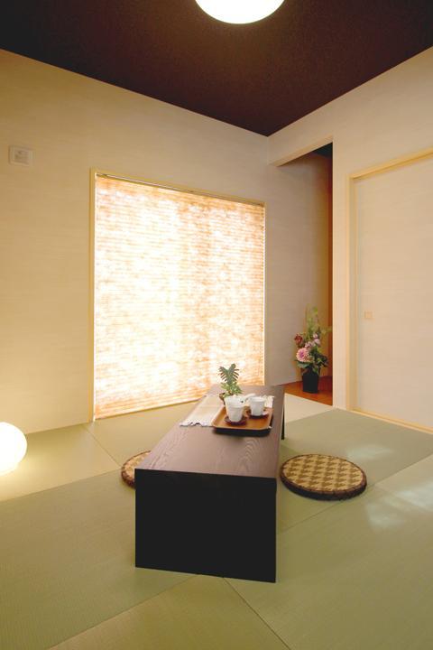 【モダンな印象の和室】<BR>※当社施工例<BR>フチなしの半帖タタミが今風の印象を与えてくれる和室となっております☆